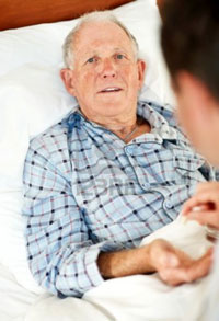 Hombre anciano tumbado en una cama